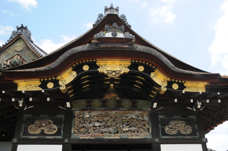 entrance gate to ninomaru palace in nijo-jo