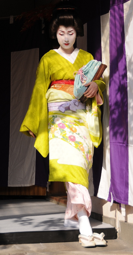 a geisha is perfect elegance even when putting on her zori