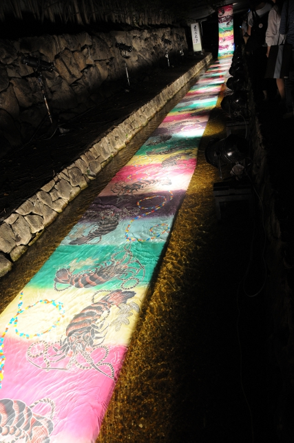 A dyed band of silk, decorated with shrimp flowing through the river