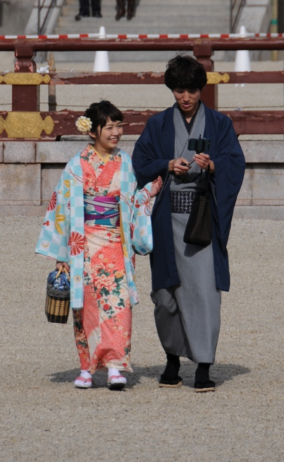 couple in kimono at heian shrine