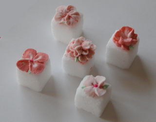 sugar lumps with sugar flowes on top