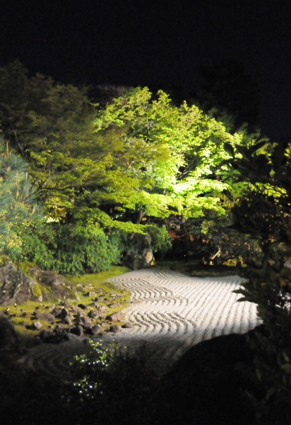 Entokuin by night.