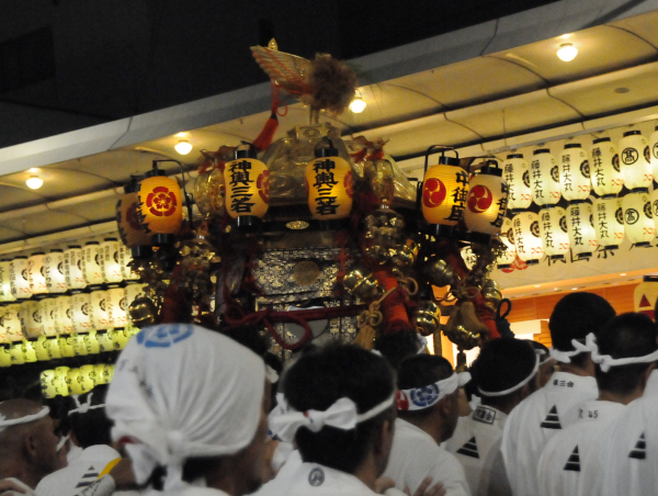 Hotoi - Mikoshi amongst its carriers