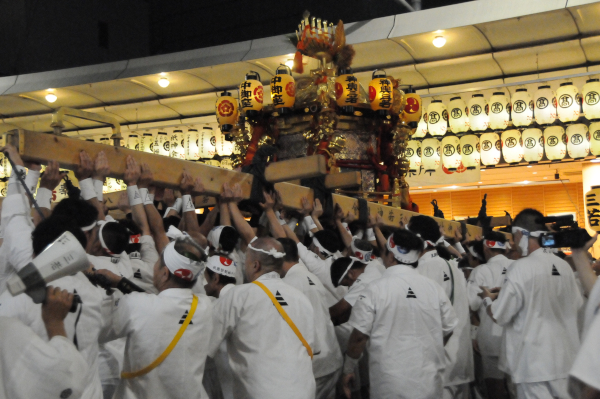 Turning the mikoshi around in front of the Otabisho
