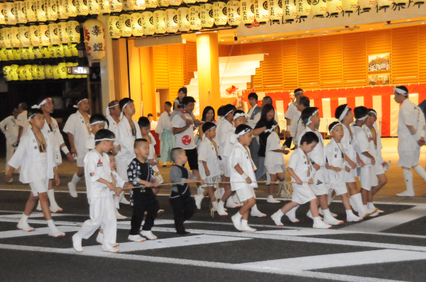 Row of children in front of the mikoshi