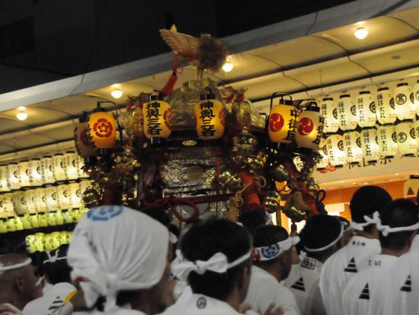 Hotoi - Mikoshi amongst its carriers